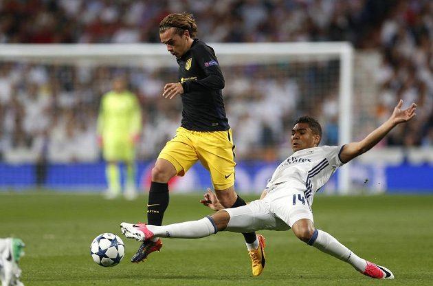 Casemiro z Realu Madrid zastavuje hvězdu Atlétika Madrid Antoina Griezmanna během semifinále Ligy mistrů