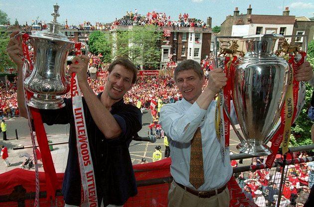 Manažer Arsenalu Arséne Wenger (vpravo) s Tonym Adamsem pózují v roce 1998 s trofejí pro vítěze anglické ligy a poháru.