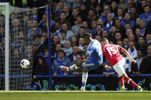 Samuel Eto'o z Chelsea (vlevo) pálí míč do sítě Arsenalu.