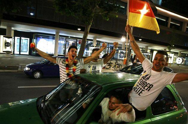 Fanoušci slaví v ulicích Berlína titul mistrů světa.