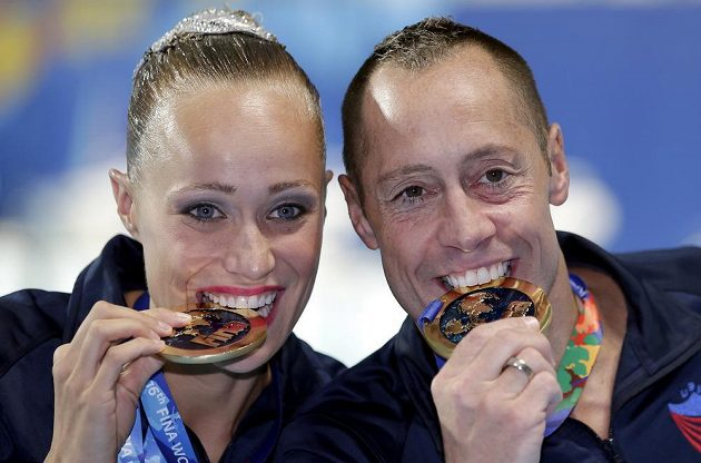 Christina Jonesová a Bill May z USA při MS v Kazani získali premiérový titul v závodě smíšených dvojic v synchronizovaném plavání.