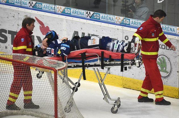 Pukem zraněný vítkovický hráč Lukáš Kucsera opouští ledovou plochu.