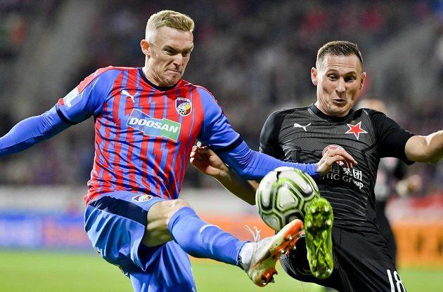 V souboji o míč (zleva) Roman Procházka z Plzně a Jan Bořil ze Slavie.