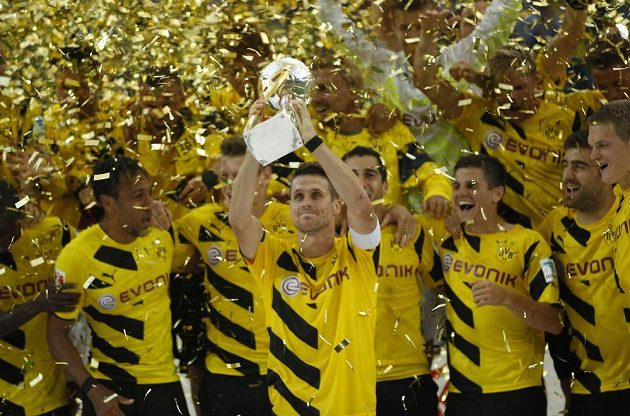 Sebastian Kehl z Borussie Dortmund drží v rukách trofej pro vítěze německého Superpoháru.