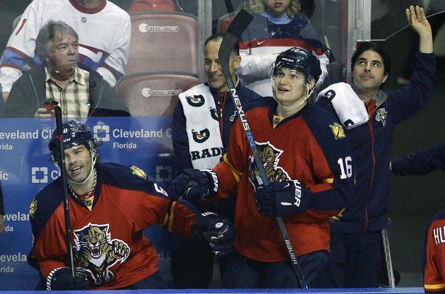 Útočník Floridy Panthers Jaromír Jágr (vlevo) přijímá gratulaci ke gólu proti Montrealu od Aleksandera Barkova (16).