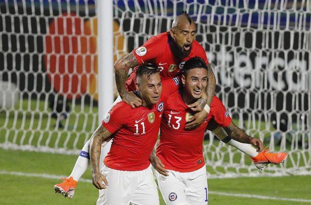 Fotbalisté Chile vykročili za obhajobou titulu na mistrovství Jižní Ameriky vítězstvím 4:0 nad hostujícím týmem Japonska.