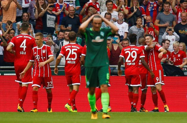 Radost fotbalistů Bayernu Mnichov po výhře v bundesligovém utkání v Brémách.