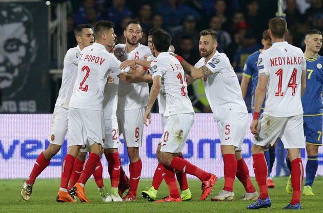 Bulharští fotbalisté oslavují gól proti Kosovu.