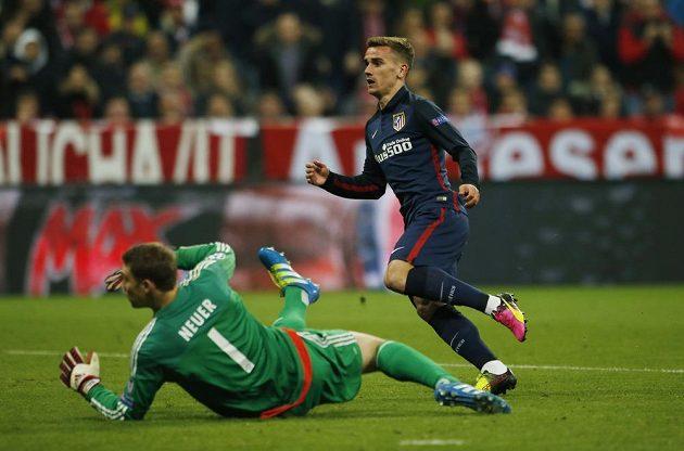 Útočník Colchoneros Antoine Griezmann právě překonává brankáře Bayernu Mnichov Manuela Neuera.