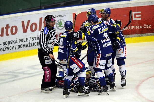 Hokejisté Brna se radují z gólu na ledě Plzně v pátém čtvrtfinálovém utkání play off extraligy.