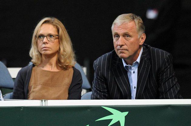 Expremiér Mirek Topolánek (vpravo) a Lucie Talmanová sledují semifinále Davis Cupu proti Argentině.