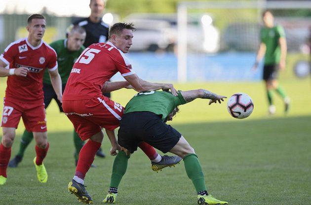 Jakub Šural ze Zbrojovky Brno (vlevo) a Antonín Fantiš z 1. FK Příbram v utkání baráže o účast v první fotbalové lize.