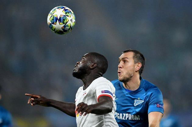 Fotbalista Lipska Dayot Upamecano (vlevo) v souboji s Arťemem Dzjubou ze Zenitu ve 3. kole Ligy mistrů.