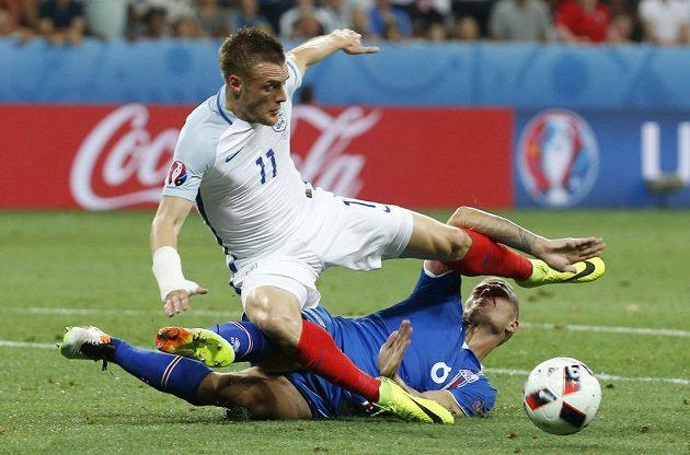 Islandský obránce Ragnar Sigurdsson (vpravo) obírá o míč útočníka Anglie Jamieho Vardyho.