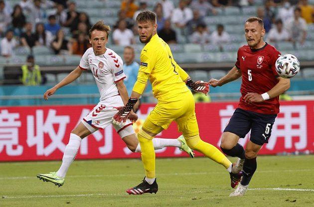 Dánský fotbalista Mikkel Damsgaard střílí na českou branku ve čtvrtfinále EURO. Brankář Tomáš Vaclík jen sleduje, kde rána skončí.