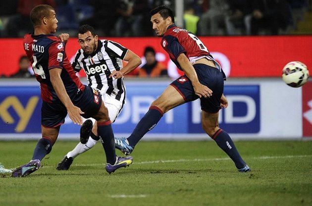 Ani tahle střela Carlose Téveze z Juventusu si cestu do sítě nenašla. Stará dáma ztratila v nastavení alespoň bod na hřišti Janova a o vedení v Serii A už se dělí s AS Řím.