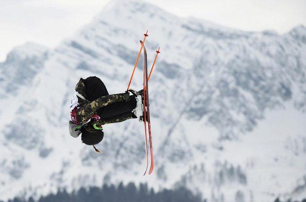 Salto Švýcarky Camillii Berraové při kvalifikaci slopestylu.