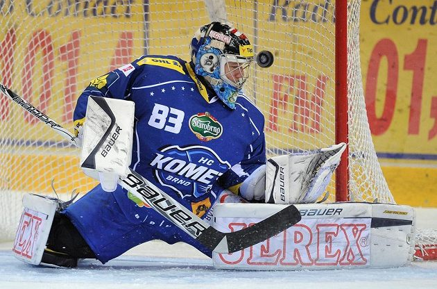 Brankář Brna Martin Falter inkasuje druhý gól při utkání v Liberci.