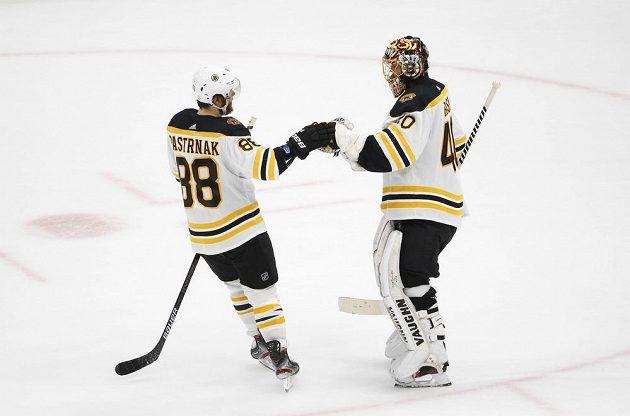 Na poděkování brankáři po vítězství v šestém finále bojů o Stanley Cup nezapomněl český útočník David Pastrňák. Gólman Bruins Tuukka Rask (40) byl velkou oporou Bostonu.