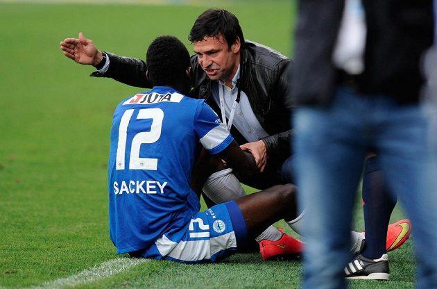 Liberecký záložník Isaac Sackey (vlevo) v rozhovoru s trenérem Samuelem Slovákem.