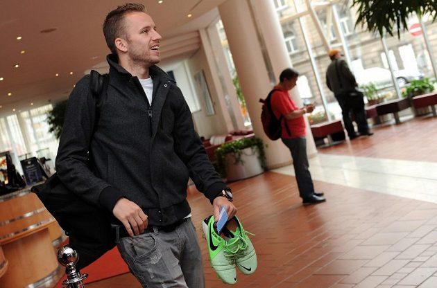 Obránce Michal Kadlec přichází na sraz reprezentace ve smíchovském NH Hotelu.