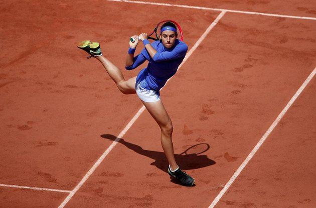 Francouzka Caroline Garciaová při returnu v zápase proti Karolíně Plíškové.