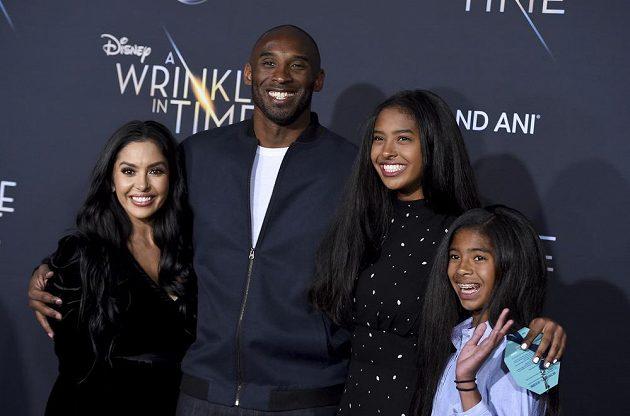 Kobe Bryant s rodinou na snímku z roku 2018, zleva partnerka Vanessa a dcery Natalia a Gianna.