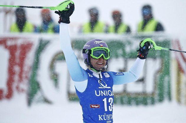 Šárka Strachová se raduje poté, co dokončila druhé kolo slalomu v Kühtai. V té době byla na prvním místě.