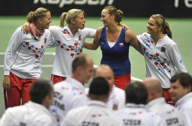 Český tým slaví postup do semifinále, zleva Lucie Hradecká, Andrea Hlaváčková, Petra Kvitová, Lucie Šafářová.