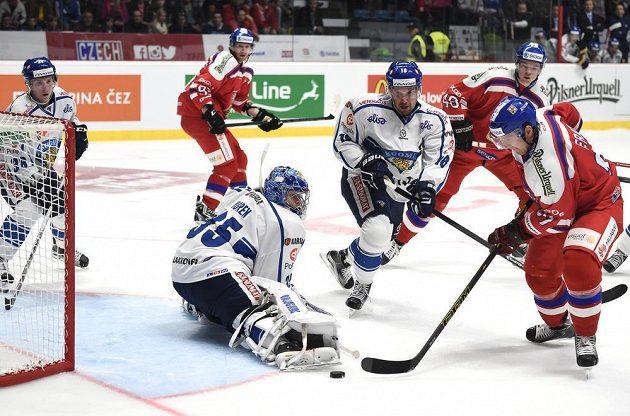 Martin Erat překonává počtvrté finského brankáře Atteho Engrena.