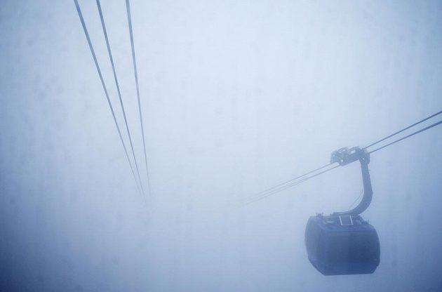 Kabina lanovky stoupá do mlhou zalitého Extreme Parku.