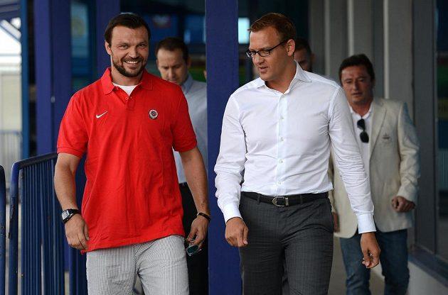 Obránce Tomáš Ujfaluši (vlevo) a spolumajitel Sparty Daniel Křetínský u příležitosti podpisu smlouvy na Letné.