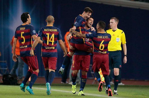 Lionel Messi (třetí zleva) z Barcelony slaví se spoluhráči gól proti Seville.