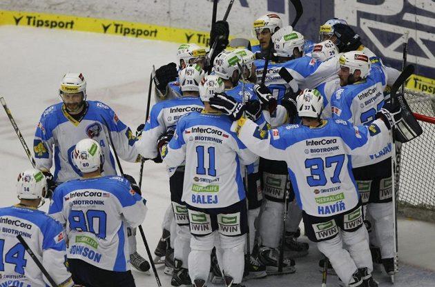 Hokejisté Plzně se radují z vítězství ve Zlíně.