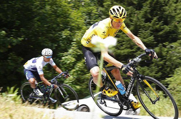 Nairo Quintana (vzadu) v těsném závěsu za Chrisem Froomem při 18. etapě Tour de France.