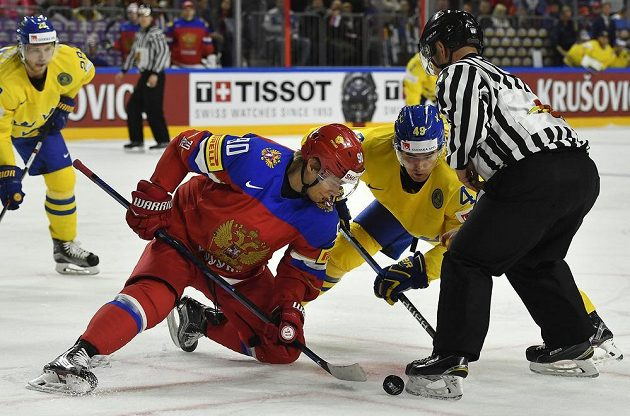 Ruský útočník Vladislav Namestnikov na vhazování proti švédskému útočníkovi Williamu Nylanderovi na MS 2017.