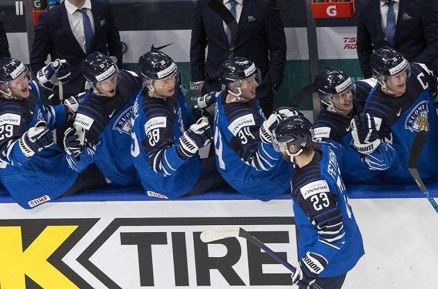 Mikko Petman slaví se spoluhráči druhý gól v ruské brance.