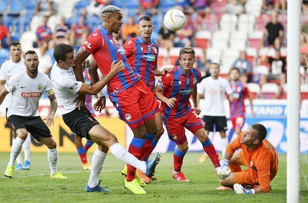 Jean-David Beauguel z Plzně střílí vítězný gól souboje s Opavou.