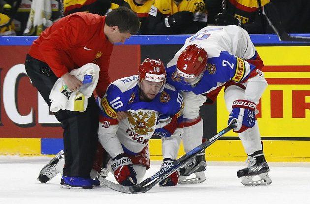 Kapitán ruského týmu Sergej Mozjakin se s dopomocí zvedá z ledu po zákroku Patricka Hagera, který vyfasoval trest na pět minut a do konce utkání.