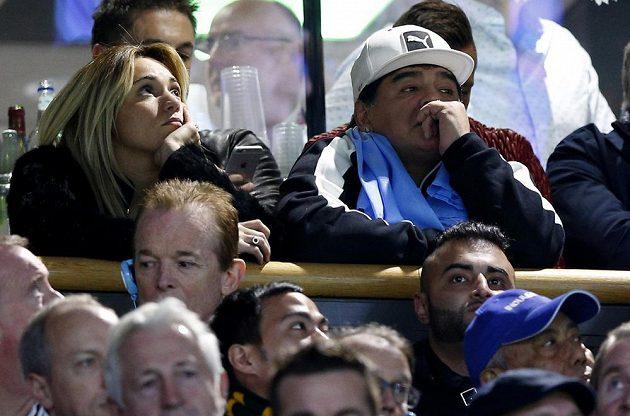 Legendární fotbalista Diego Maradona sleduje semifinálový duel MS mezi ragbisty Argentiny a Austrálie.