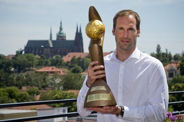 Brankář Arsenalu Petr Čech pózuje s trofejí pro vítěze Zlatého míče ČR.