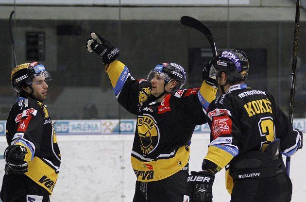 Martin Hanzl (vlevo), Jakub Černý a Martin Kokeš se radují z gólu. Litvínov vedel v Chomutově.