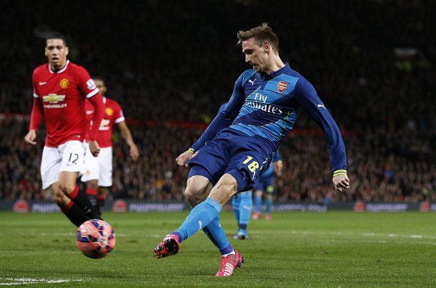 Nacho Monreal z Arsenalu skóruje proti Manchesteru United ve čtvrtfinále FA Cupu.