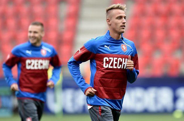Ondřej Petrák (vpředu) na tréninku české fotbalové jedenadvacítky.