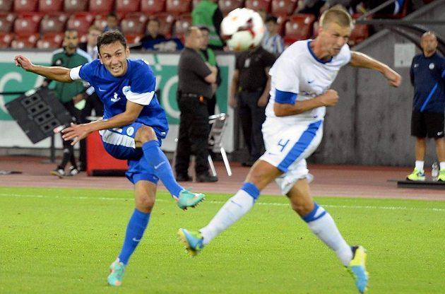 Záložník Sergej Rybalka z Liberce (v modrém dresu) střílí.