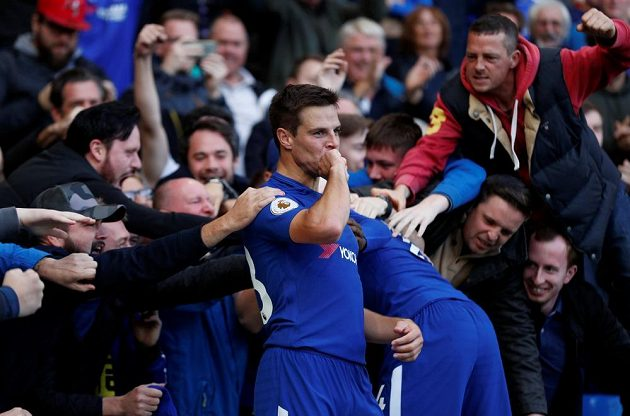 Cesar Azpilicueta z Chelsea slaví v utkání Premier League s Watfordem.