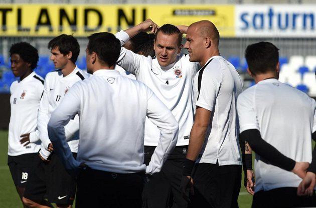 Ondřej Švejdík (třetí zprava) během předzápasového tréninku ve Zwolle.