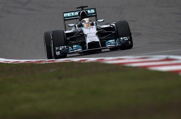 Vítězný Lewis Hamilton na trati VC Číny.