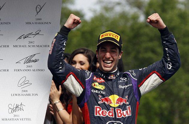 Daniel Ricciardo slaví svůj triumf ve Velké ceně Kanady.