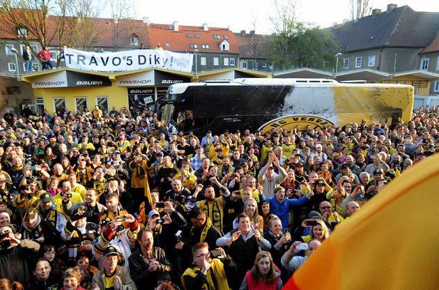 Stovky fanoušků v pátek ráno vítali litvínovský autobus s novými extraligovými šampióny.